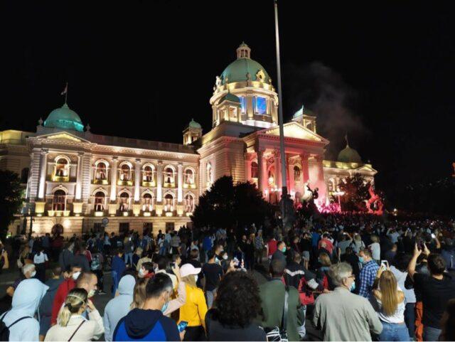 Protesti ispred Narodne skupštine Srbije; Foto: Twitter / nedavimobgd